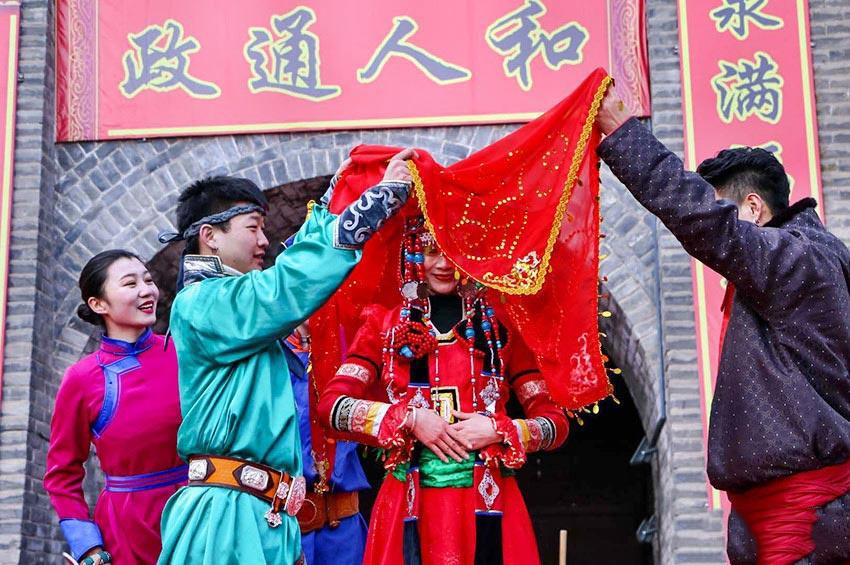 新春佳节上演《蒙古族婚礼》 民族风情与传统习俗相得