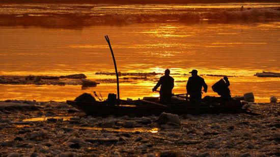 暮色凌声打渔人