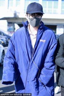 刘昊然穿蓝色超长棉服现身 配棒球帽时髦范儿