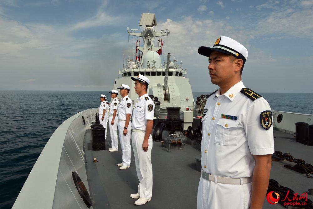 芜湖舰官兵在甲板分区列队准备接受检阅。张海龙摄