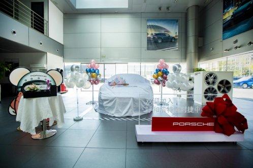 呼和浩特保时捷中心为客户打造专属个性化交车仪式