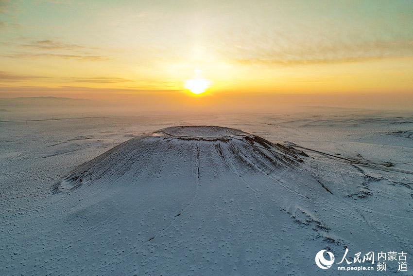 内蒙古乌兰察布:察哈尔火山群雪景如画