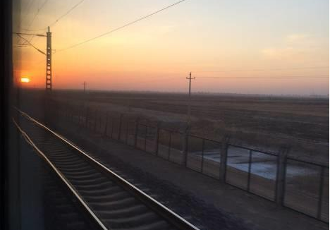 穿行于大漠深处的幸福列车